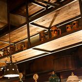 手作りの天井棚には、アンティークなビアマグが所狭しと陳列