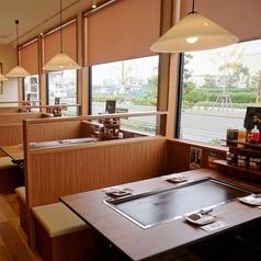 明るく開放感のあるテーブル席(4名席×9/6名席×9)