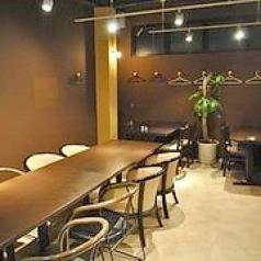 テーブル席~54名様 ハンガーご用意しております。コートやお荷物などかさ張る時期も安心。