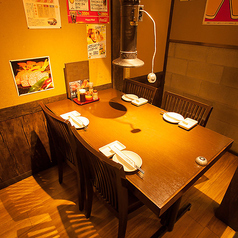 お洒落な空間】歓送迎会などに♪お席は落ち着きのある雰囲気をご用意しております。記念日、誕生日、女子会、デートにご利用頂ける落ち着いた空間をご提供しております。