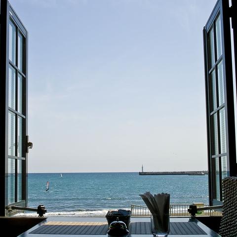 海の見える当店で親しい友人、カップル、ご家族などで楽しいパーティーを…