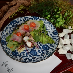 アボカドと海鮮の炙り焼きサラダ