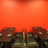 【4名~8名様テーブル席】赤い壁がスタイリッシュ!!!4名様から8名様までOKのテーブル席です。【梅田 女子会 貸切 個室 飲み放題 食べ放題 食べ飲み放題 肉バル 居酒屋 デート 誕生日】