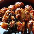 1本1本、心と情熱を込めて炭火で丁寧に焼いた焼き鳥に、秘伝のタレを絡ませた最高の焼鳥をぜひご堪能ください!炭火焼だからこそ引き立つ鶏の旨味と炭火焼きならではの薫りが合わさって、極上の焼き鳥の美味さを引き出します♪