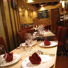 ゆったりできるテーブル席では背もたれが長く、リラックスしていただけるようなお席です。赤と黒の組み合わせで大人な雰囲気がデートや誕生日などのお祝い事などにも最適です。