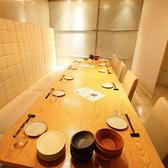 【8名様~26名様用半個室】こちらの部屋は真ん中にロールカーテンのパーテーションがあり、10名様~16名様の半個室としてもご利用いただけます。女子会や合コン、ママ会やご家族でのお食事など、少人数でのグループ利用やちょっとした集まりに最適なお席です!