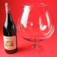 びっくり!!ワインボトルと同じサイズのワイングラス?!みんなでワイワイ楽しめるのも、空気椅子酒場ならではです♪