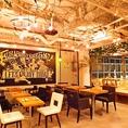 【店内フロア席】テーマは『あそびの倉庫』店内自慢の照明やテーブル達は手作りです。他では味わえないオリジナルの空間で是非うまい酒うまい料理を♪2名様掛けのテーブル席!つなげれば一枚板の木でテーブルを囲い最大6名様でのご利用も可能です♪※プロジェクター完備 「Funabashi Baseあそび船橋店」!