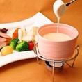 ◆お洒落料理◆選ぶのも楽しいウメ子のアラカルト。「ウメ子のチーズフォンデュ」「アトランティックサーモンのアンチエイジングサラダ」などの体に優しいサラダに、「タンドリーチキンのアヒージョ」「雲丹とずわい蟹のチーズオムレツ」などの創作料理は女性、男性ともに好評です。