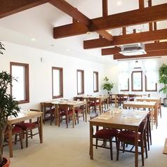 白と木を基調とした店内は、開放的で心地良い空間。