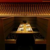 【ソファー席テーブル】2~4名様用の、ソファータイプのテーブル席です。落ち着いた雰囲気で食事をされたいという方にぴったりのお席で、座席か畳になってなっているので和の雰囲気を感じていただけます。