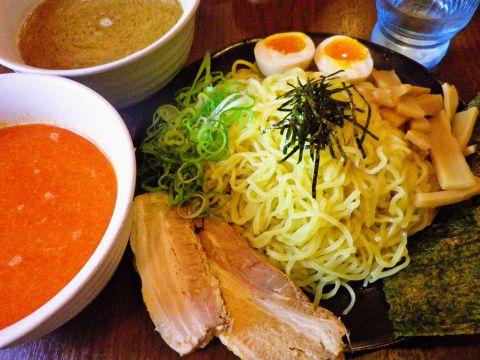 SMモラージュ内にある本格熊本ラーメン。病みつきになるスープは黒と白の二種類。