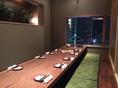 完全個室掘りごたつ席8~18名様用テーブルには桜の一枚板を使ったお席です。なんと100万円以上の価値があるそうな・・・・・。持ち帰り厳禁ですw御堂筋に面した大きな窓からは大阪ミナミを一望することができます。