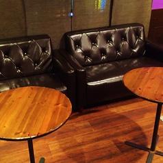 2Fの高級感のあるソファ席でゆったりくつろげます。