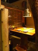 洞窟型の半個室はきのぬくもりのある、素敵な空間。