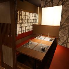 【テーブル個室】おこもり感たっぷりのテーブル席です。カップル・夫婦のデートでのご利用や接待など大歓迎です!こじんまりとしたシーンでご利用ください。美味しいお料理と豊富なドリンクでお待ちしております!梅田で居酒屋をお探しの際はぜひ「のりを お初天神東梅田店」へ。