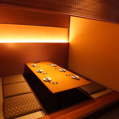 和の趣き溢れる店内は大人の為の落ち着いた雰囲気となっております。2名様~100名様までご利用可能な完全個室席は船橋駅での接待や女子会、合コンなど各種宴会に最適なプライベート個室空間♪お得な宴会コースプランもご予算に合わせて3000円~ご用意。誕生日や記念日にお得なサプライズ特典もご用意しております。個室居酒屋