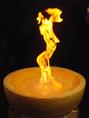 巨大なチーズに着火!!大きな炎が舞い上がります