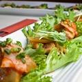料理メニュー写真ポッサム(茹で豚のキムチ野菜巻き)