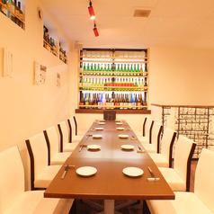 テーブルを結合して、大人数でのご利用も可能です。二階貸切は20~32名様まで可能です。