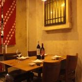 のれん付テーブル席は雰囲気◎100種のワインが並ぶ店内からお好きなワインを探して…