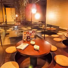 可愛いい丸テーブルが女子会におすすめ♪開放感ある個室。足を伸ばして寛いで☆家飲み風が人気です♪