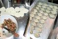 自家製「羽根つき餃子」作り。大人気です♪