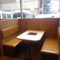 会社帰りや、ショッピング、仲間などの様々なシーンにお使いいただける4名様用テーブル席