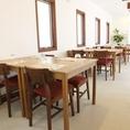 お客様の人数に合わせて、テーブル席は結合可能。