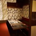 【テーブル個室】こちらは5名様だとゆったり、7名様までご利用いただける個室です。壁、扉有の完全個室で、安心のプライベート空間をご利用いただけます。自慢のもつ鍋や唐揚げ、手羽先など当店の創業以来の名物料理と、豊富なドリンクをごゆっくりお楽しみください。