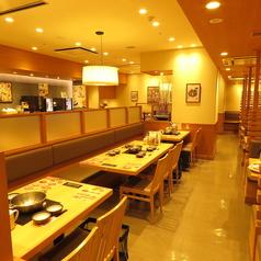 テーブルタイプのお席は広々としてゆっくりお食事をお愉しみ頂けます。
