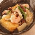 """京都を代表する食材の一つ""""京豆腐""""。この京豆腐を店内でを贅沢に揚げ、京野菜と海老、湯葉を京風だしで仕上げました。京の地酒とともに京都を満喫しませんか?ご来店の際はぜひ一度お試しください!"""