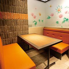 周りを気にすることなく、お食事をお楽しみいただける個室。当店自慢の中華料理とお酒をごゆっくりご堪能ください。