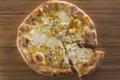 料理メニュー写真4種のチーズピッツァ