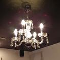 天井には、ご覧のようなシャンデリアがございます。暖かい光を発しています。