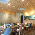 テーブル席は全10席!木のぬくもりを感じる空間で、会話も弾みます♪