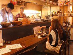 カウンターはキッチンを眺められる特等席。「今日のおすすめは?」