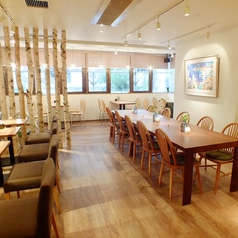中央テーブルは10名様、窓側テーブルは4名掛けです。