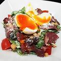 料理メニュー写真ビーフパストラミと半熟卵のシーザーサラダ