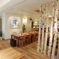 店内の中央には北海道より取り寄せた白樺。中央テーブルは10名様まで。