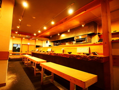 カウンターは全部で7席。2名、2名、3名の繋がった椅子。職人の調理している様子は臨場感が溢れる空間を楽しむことができる。スタッフとの会話も愉しむのも、カウンターのいいところ!