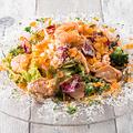 料理メニュー写真海老とホタテのサラダカルボナーラ