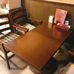 テーブル席(4名様)。テーブルはレイアウト自由なので、人数に合わせてお席をご用意いたします♪