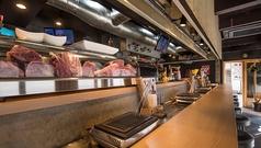サシが美しい黒毛和牛が並ぶショーケース。オープンキッチンで肉炉端の臨場感を楽しめるカウンター。