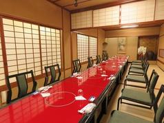 【3F】全席畳席イス・テーブル個室はつなげて24名様まで収容OKです。座敷にイス・テーブルを置いている為、掘りごたつ席より負荷なくおくつろぎ頂けます。密対策を行い、広めのお席に余裕をもってご案内致します!