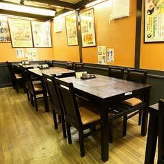 1階手前テーブル席。2名様席×5卓。4名様席×12卓。広々としたフロア空間でゆっくりとお食事が出来るテーブル席。宴会や友人のお食事会など色々な用途にご利用できます。