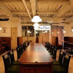 【メインフロアの中心にある大テーブル】店内で一番広く、リラックスしてご利用いただけるお席です!最大7対7の14名の合コンなんていかがでしょうか!?<禁煙>