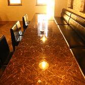 ブラウンを基調にした落ち着いた雰囲気の個室を完備。個室の仕切りは取り外しが可能なため、8名様の個室利用もOK!接待のご利用にもおすすめの空間です。