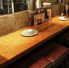 カウンター席や2名様からご利用頂けるテーブル席が充実!店内全てオープン席となっており、仲間たちだけでなく、周りの方とも一緒に盛り上がれるようなワイワイ楽しめる雰囲気のお席となっております。