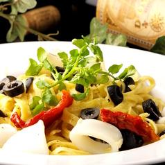 料理メニュー写真小エビとアサリ、セミドライトマトのペペロンチーノ